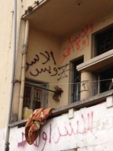 """Graffitis auf einem Balkon in Beirut - """"Assad oder keiner"""""""