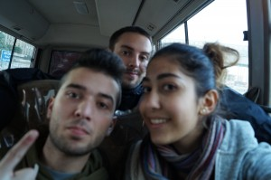 Rapahel Schanz (Mitte) mit zweien der Teenager