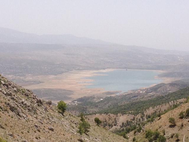 Mager gefüllter Qaraoun-Stausee, Anfang Juni 2014 (c) Bente Scheller